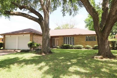Friendswood Single Family Home For Sale: 203 Dover Lane