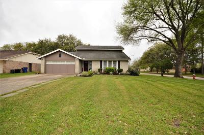 Friendswood Single Family Home For Sale: 403 Dogwood Cir