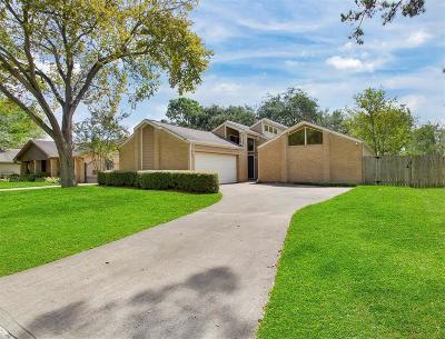 Pearland Single Family Home Option Pending: 2705 Pine Needle Lane