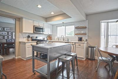 Friendswood Single Family Home For Sale: 420 E Castle Harbour Drive