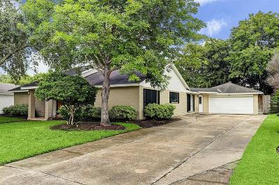 Friendswood Single Family Home For Sale: 606 W Castle Harbour Drive