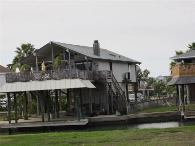 Tiki Island Single Family Home For Sale: 210 Sampan Drive