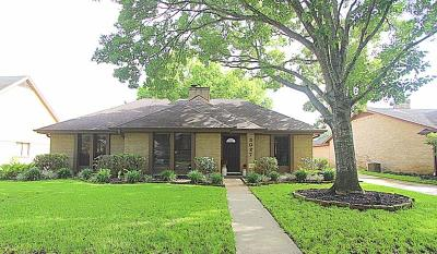 Sugar Land Single Family Home For Sale: 3027 Colonial Drive