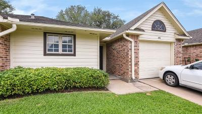 Pearland Condo/Townhouse For Sale: 698 W Country Grove Circle