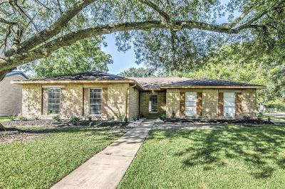 Friendswood Single Family Home For Sale: 516 Avondale Lane