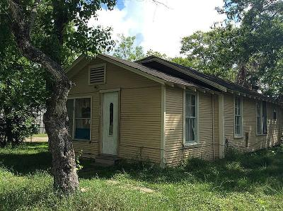 Hallettsville Single Family Home For Sale: 411 S Market Street