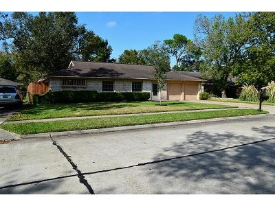Friendswood Single Family Home For Sale: 300 Dover Lane