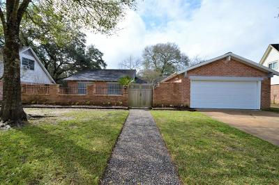 Friendswood Single Family Home For Sale: 104 Saint Andrews Drive