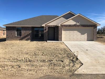 Single Family Home For Sale: 143 Oak Springs Loop