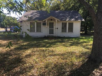 Single Family Home For Sale: 901 Alice