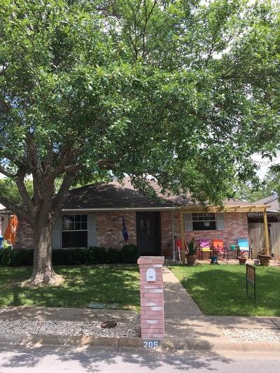 Kerrville Single Family Home For Sale: 205 Oak Hill Dr