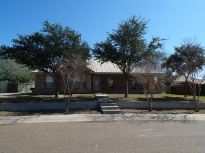 Zapata Single Family Home For Sale: 2324 Lago Vista Dr.