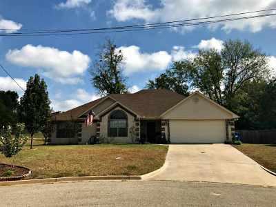 White Oak Single Family Home Active, Option Period: 22 Oak Leaf