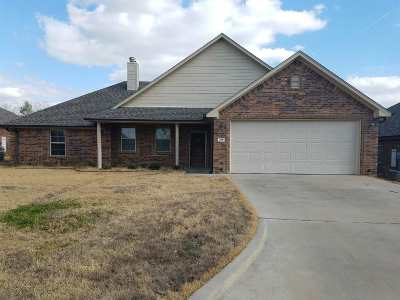 Single Family Home For Sale: 118 Lakeway Ln