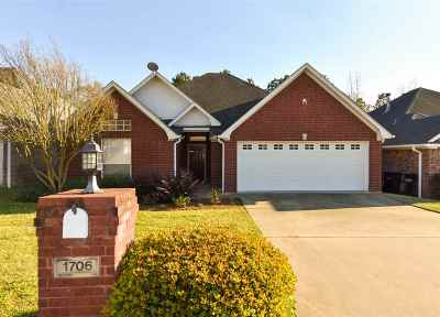 Single Family Home For Sale: 1706 Valley Brook Lane