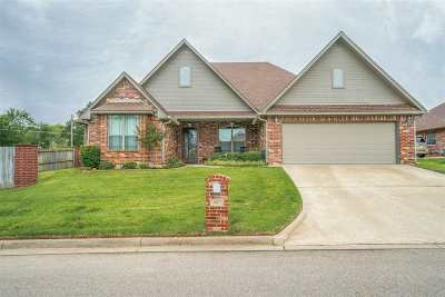Single Family Home For Sale: 801 Woodridge Cir