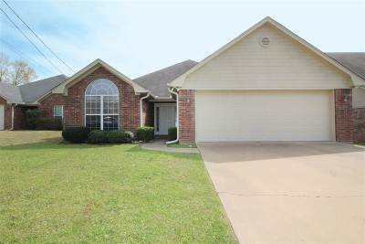 White Oak Single Family Home Active, Option Period: 18 Oak Leaf