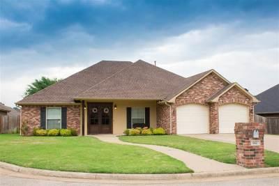 Single Family Home For Sale: 902 Woodridge Circle