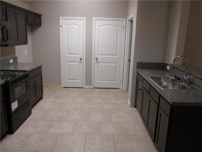 Tarrant County Single Family Home For Sale: 936 E Tucker Street