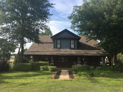 Edgewood Single Family Home For Sale: 201 E Pecan Street