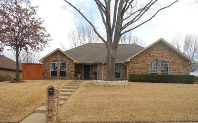 Weatherford Single Family Home For Sale: 214 Camelot Drive