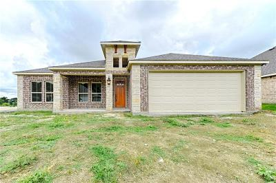 Ennis Single Family Home For Sale: 704 Oakmont Drive