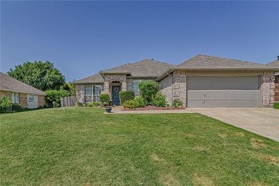 Mansfield Single Family Home For Sale: 2215 Savannah Drive