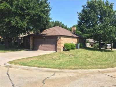 Grand Prairie Single Family Home For Sale: 901 Country Club Circle