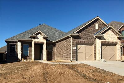 Grand Prairie Single Family Home For Sale: 320 Burberry Drive