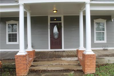 Wise County Single Family Home For Sale: 504 N Trinity Street