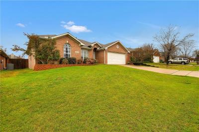 Tarrant County Single Family Home For Sale: 609 Douglas Drive