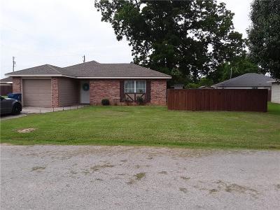 Edgewood Single Family Home For Sale: 305 E Pecan Street