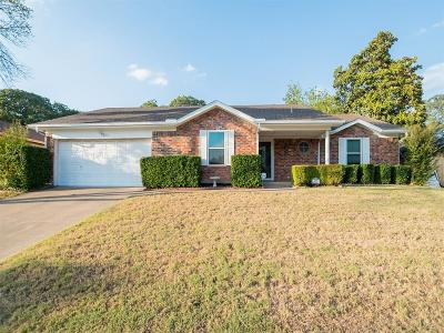 Bedford Single Family Home For Sale: 625 Huntwich Drive