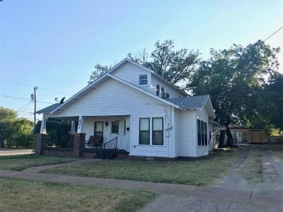 Breckenridge Single Family Home For Sale: 421 S McAmis Street