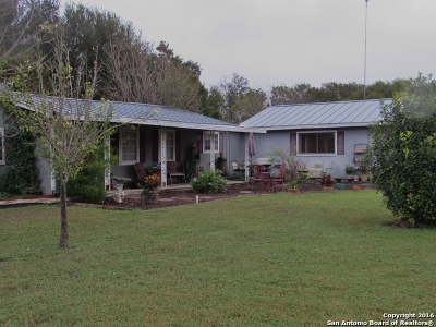 Guadalupe County Single Family Home For Sale: 305 Longhorn Trl