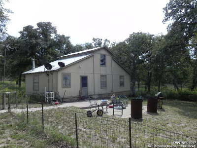 Guadalupe County Single Family Home For Sale: 305 Oak Tree Rd