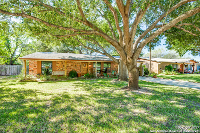Atascosa County Single Family Home New: 1305 Laredo Dr