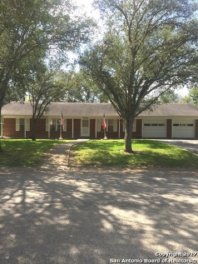 Karnes County Single Family Home For Sale: 705 Fannin