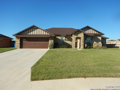 Atascosa County Single Family Home New: 1752 Vista View Dr.
