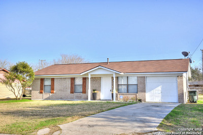 Karnes County Single Family Home For Sale: 111 Nottingham Ln