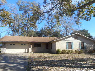 Atascosa County Single Family Home New: 512 High Meadow Dr