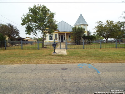 Floresville Single Family Home New: 1410 7th St