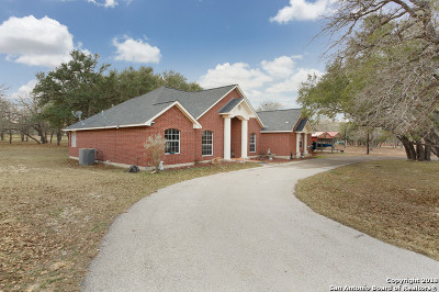 Floresville Single Family Home For Sale: 121 Emerald Dr