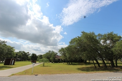 Floresville Single Family Home New: 200 Fawn Ln