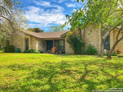 Floresville Single Family Home For Sale: 105 Oak Lane Dr