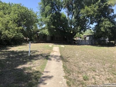 Frio County Single Family Home New: 521 E Carter St