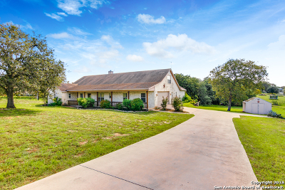 La Vernia Single Family Home For Sale: 1440 Country Hills Dr