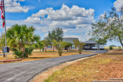 Floresville TX Single Family Home Active Option: $235,000