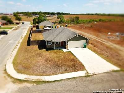 Atascosa County Single Family Home For Sale: 302 Arrowhead Way