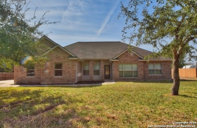 Floresville Single Family Home Active Option: 104 Westhaven St
